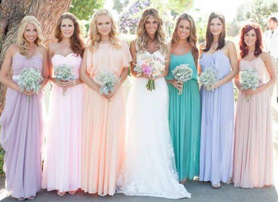 Noiva e suas madrinhas coloridas.