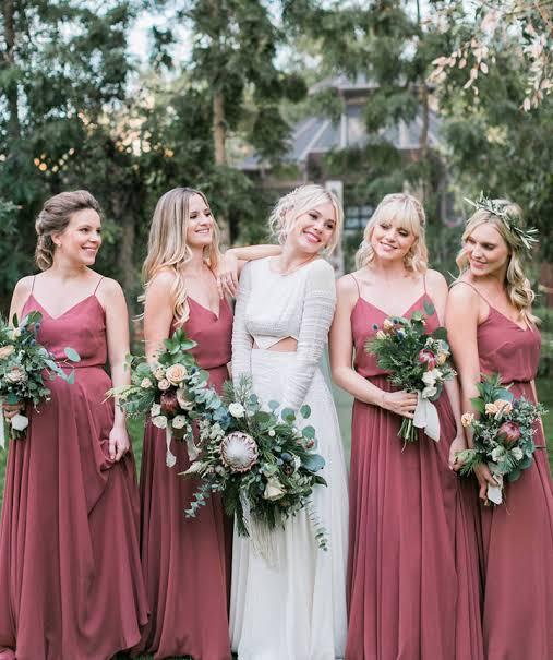 Noiva e suas madrinhas com a mesma cor.